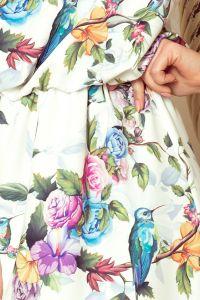 191-6 Sukienka MAXI wiązana na szyi z rozcięciem - kolorowe róże i niebieskie ptaszki
